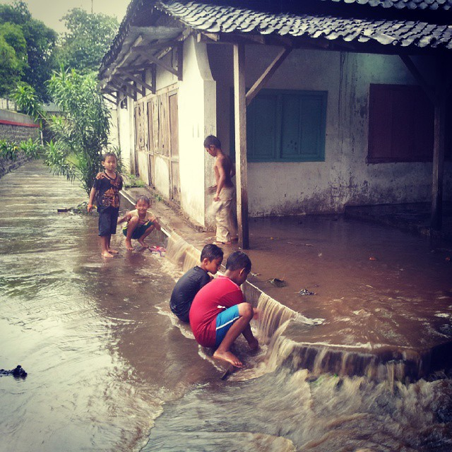 kids-playing-wet-season